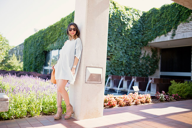 style of sam, how to wear a denim dress in summer, mansur gavriel bucket bag in cammello rosa