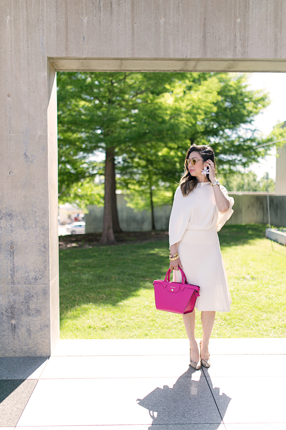 how to wear a cream dress with pink bag