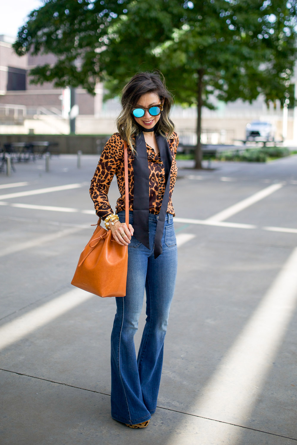 leopard top, flare jeans, 50 ways to wear denim, mansur gavriel bucket bag cammello rosa