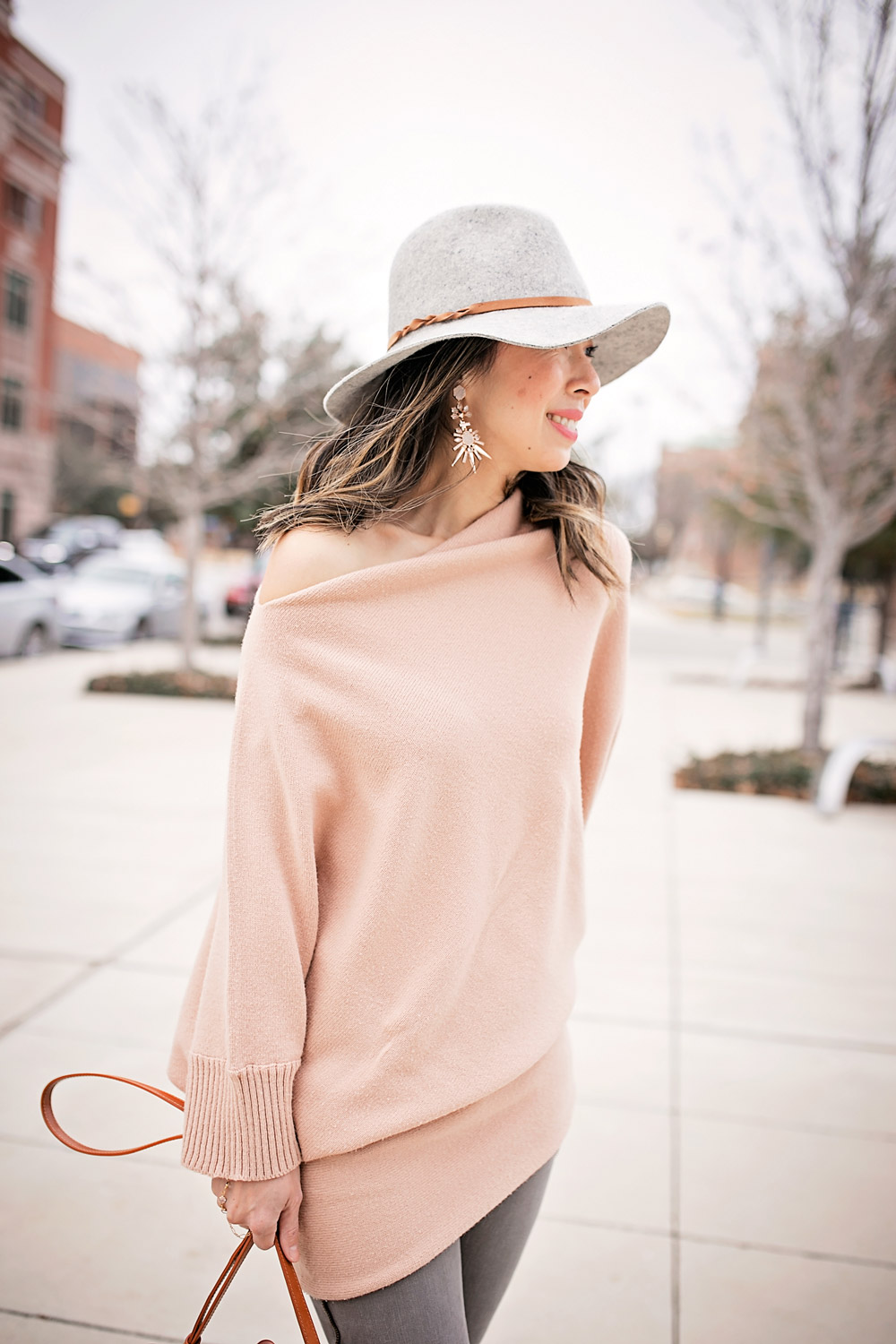 tan off the shoulder sweater with frame le skinny grey jeans, kendra scott isadora earrings, grey fedora