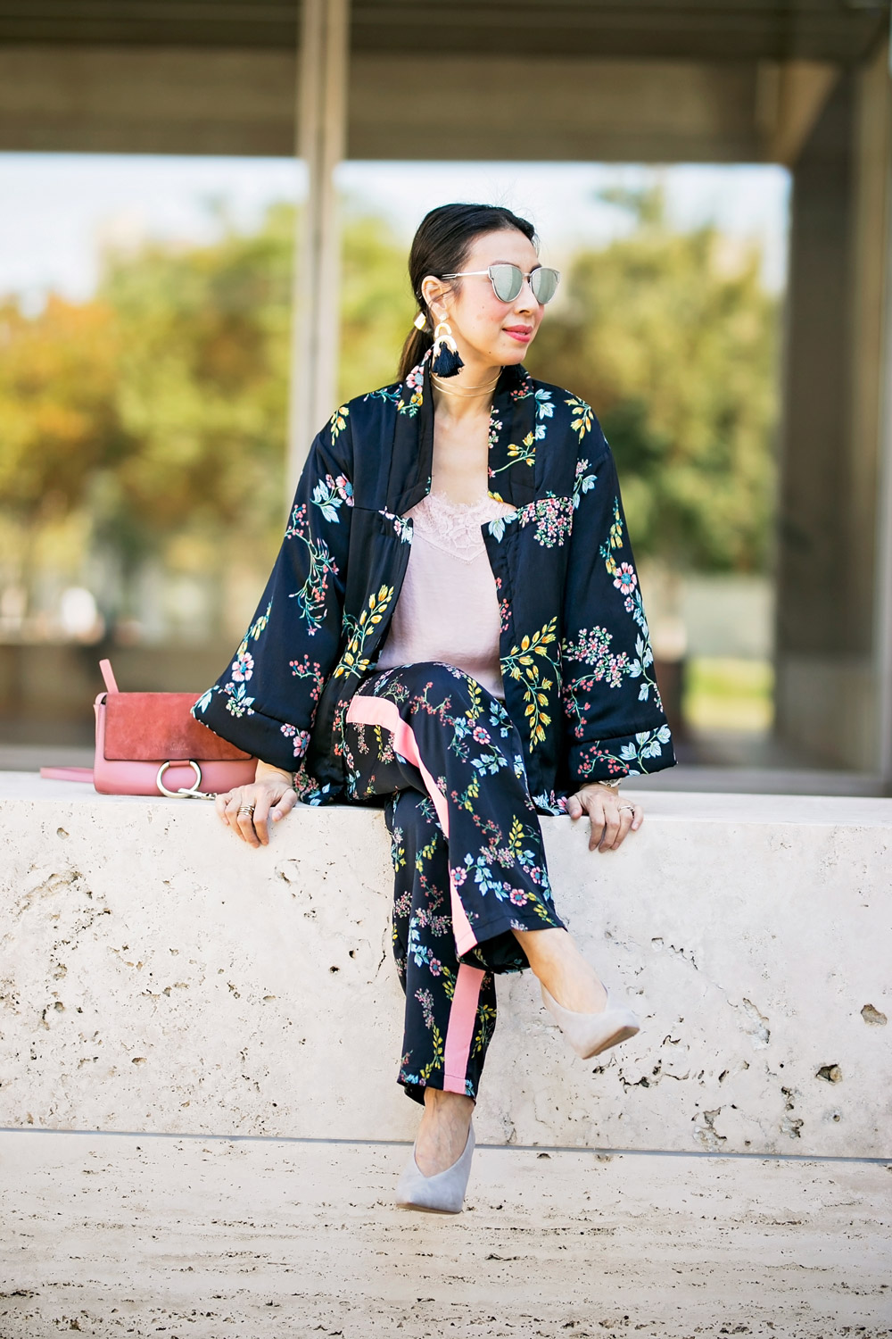 how to wear who what wear collection floral kimono pajama set baublebar tassel earrings pink chloe faye bag
